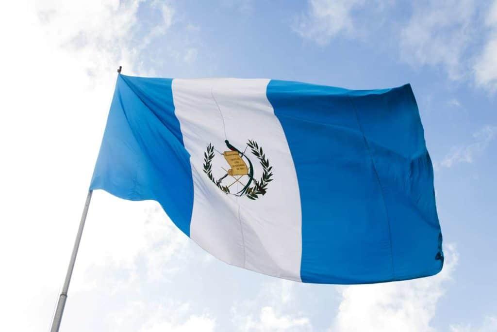 bandera de guatemala en asta