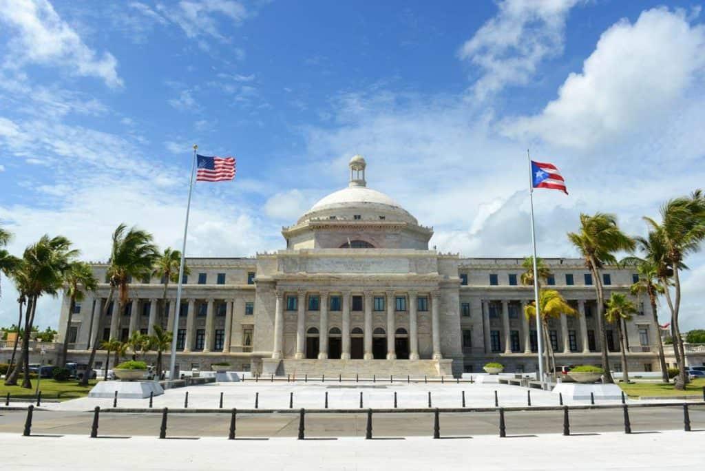 bandera de puerto rico en capitolio